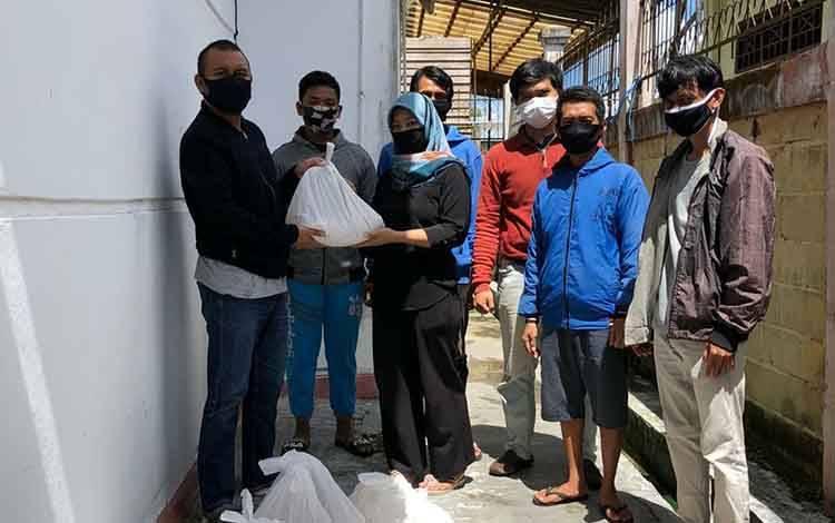 Wakil Ketua I DPRD Kota Palangka Raya, Wahid Yusuf menyalurkan bantuan bagi warga terdampak Covid-19