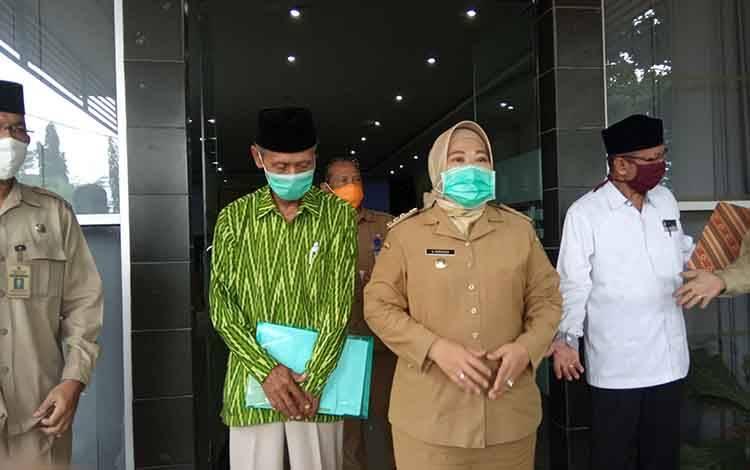 Bupati Kobar Nurhidyah, Ketua MUI Muhammad Chabib dan para pejabat lainnya usai rakor di aula Bappeda, Selasa, 19 Mei 2020
