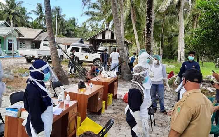 Petugas Dinas Kesehatan Kabupaten Sukamara saat melakukan pengambilan rapid test kepada masyarakat Desa Sungai Damar