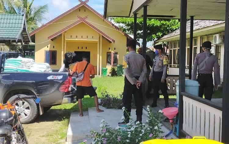 Personel Polsek Kahayan Kuala monitoring penyaluran paket sembako untuk pasar murah menjelang Hari Raya Idul Fitri 1441 H