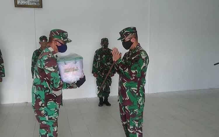 Dandim 1014/ Pbn Letkol Inf Yudi Rianto Ratu, berikan Bingkisan Lebaran Kasad dan THR kepada prajurit dan PNS Kodim 1014/Pbn.