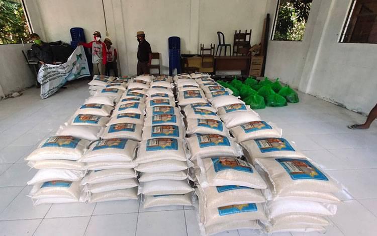 Zakat keluarga pengusaha H Abdul Rasyid AS dan Hj Nuriyah sebanyak 32 ton beras dan 3.200 liter minyak goreng disalurkan kepada warga yang membutuhkan di sejumlah desa di Kabupaten Pulang Pisau.