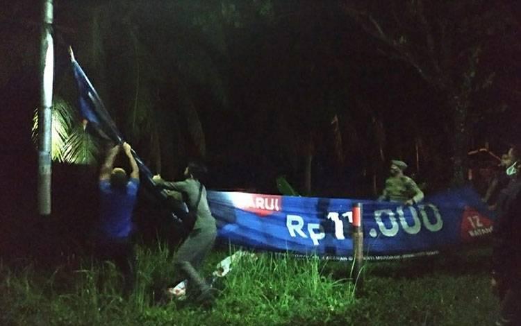 Petugas Satpol PP dan Damkar Kapuas saat menertibkan spanduk yang dianggap ganggu estetika di Kota Kuala Kapuas, tadi malam.