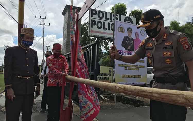 Prosesi potong pantan penyambutan Kapolres Kapuas AKBP Manang Soebeti