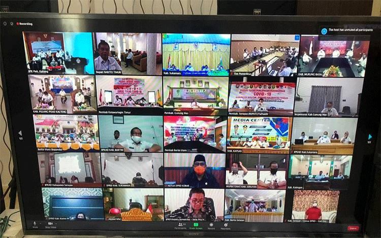 Bupati Bartim Ampera AY Mebas saat mengikuti video konferensi dengan BPK perwakilan Kalimantan Tengah