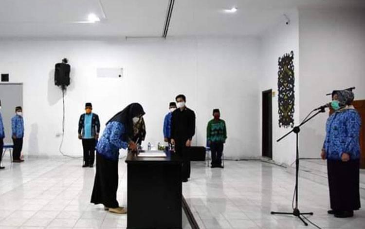 Bupati Kobar Nurhidayah melantik 58 Pejabat Administrator dilingkungan Pemkab Kobar, Rabu, 20 Mei 2020 malam