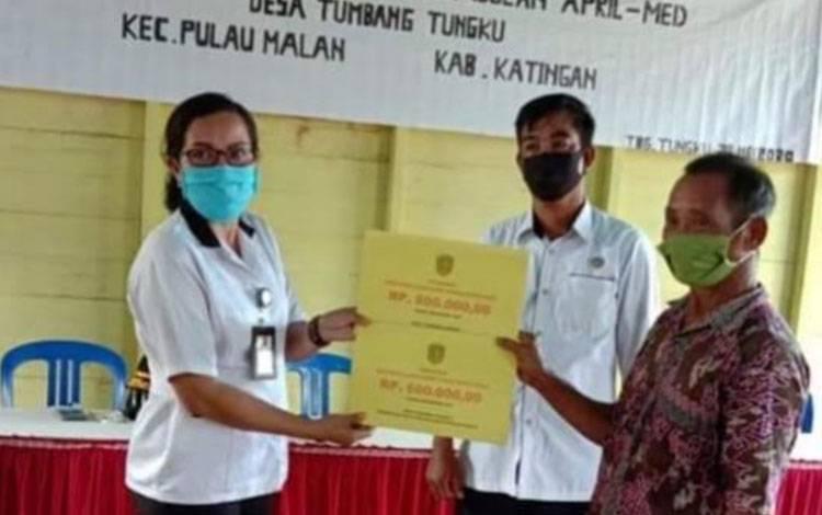 Penyaluran bantuan langsung tunai atau BLT dari dana desa di wilayah Kecamatan Pulau Malan mulai dilaksanakan.