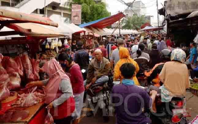 Suasana Pasar Cengkareng yang dipadati pembeli pada H-3 Lebaran di Jakarta, 21 Mei 2020. (foto : TEMPO/Fajar Januarta)