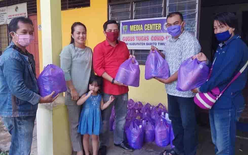 Wakil Ketua I DPRD Barito Timur saat menyerahkan bantuan bingkisan kepada wartawan yang bertugas di tengah pandemi covid-19.