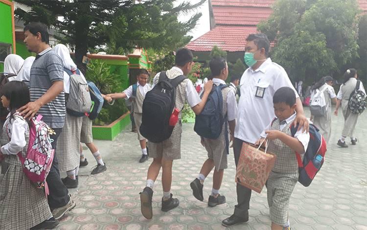 Pelajar SD pulang sekolah.Disdikbud Kobar telah tetapkan pengumuman kelulusan SD dan SMP di Kobar.