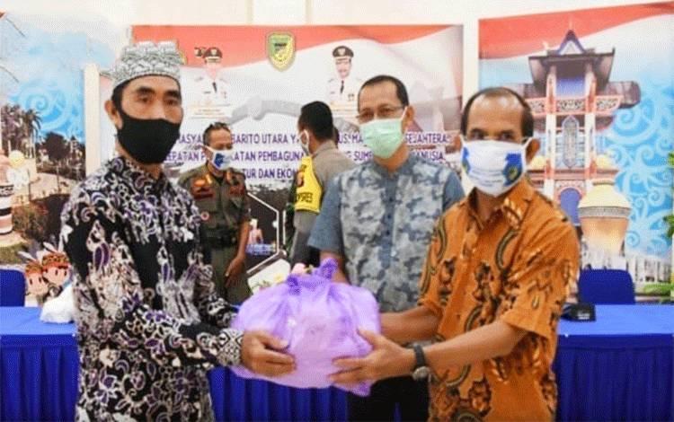 Peyerahan masker dan alat pengukur suhu tubuh kepada semua perwakilan jema'ah masjid.