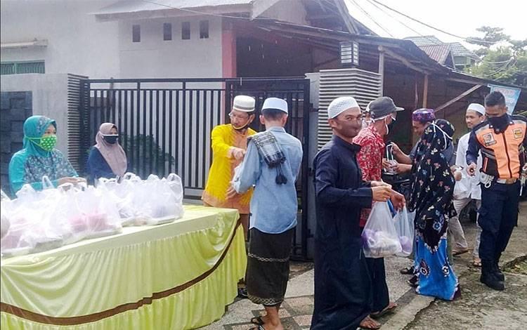 Pembagian takjil di kediaman Ketua DPD Partai Golkar Kabupaten Barito Timur
