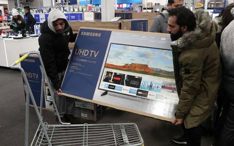 Warga membeli televisi saat berlangsungnya perayaan Black Firday di Westbury, New York, AS, 22 November 2018. Di hari Black Friday, ada banyak diskon yang ditawarkan berbagai toko, baik online maupun offline. REUTERS/Shannon