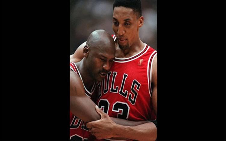 Pemain Chicago Bulls Scottie Pippen (kanan), memeluk rekannya Michael JordanGame 5 dari final NBA melawan Utah Jazz, di Salt Lake City (11/6). Sebuah perusahaan lelang mengatakan sepatu Jordan tahun 1997 final NBA telah terjual lebih dari $100.000. AP/Jack Smith