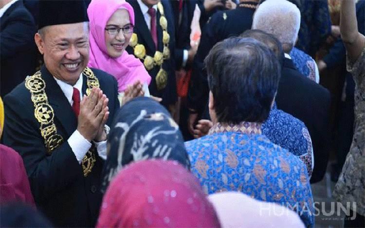 Rektor Universitas Negeri Jakarta, Dr. Komarudin (kiri). (foto : unj.ac.id)
