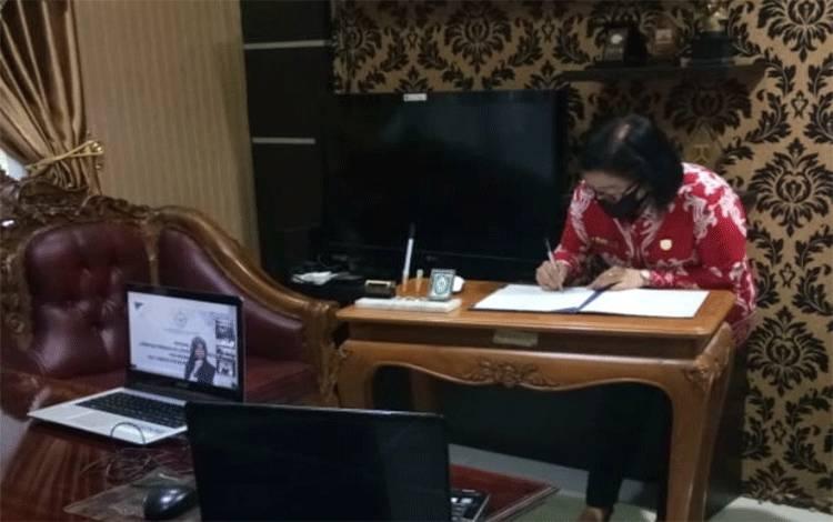 Ketua DPRD Kotawaringin Timur Rinie A Gagah saat mengikuti teleconference atas penghargaan WTP.