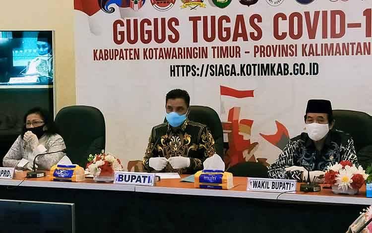 Bupati Kotim Supian Hadi bersama Wakil Bupati Taufiq Mukri dan Ketua DPRD Rini, saat rapat terkait instruksi tidak melaksanakan salat Idul Fitri di masjid dan lapangan.