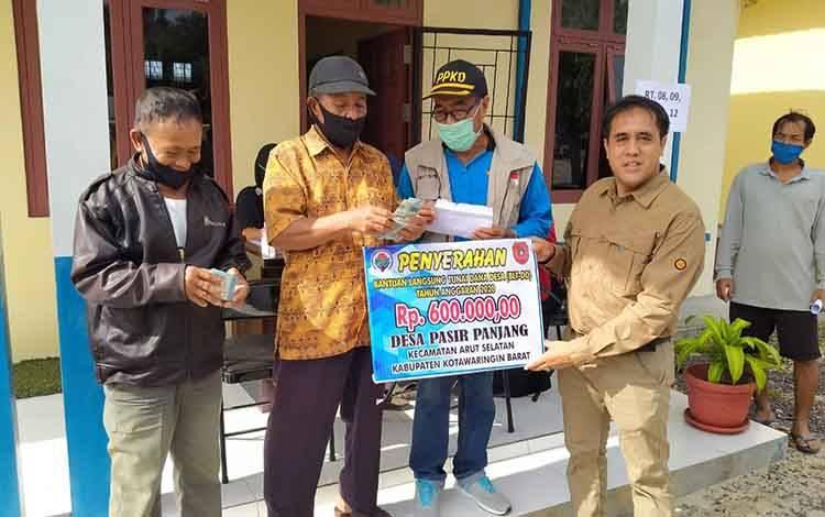Kades Pasir Panjang Tamel simbolis berikan BLT DD kepada keluarga penerima manfaat (KPM).