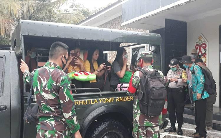 Tim gugus tugas Covid-19 Kelurahan Menteng pulangkan 7 warga asal Kalsel.
