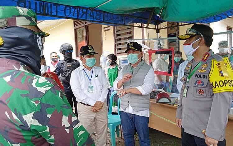 Gubernur Kalimantan Tengah Sugianto Sabran, didampingi Kapolda dan Bupati Barito Timur saat berada di Posko Covid-19 Pasar Panas
