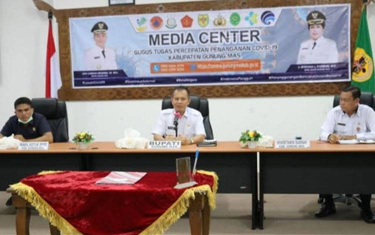 Bupati Gunung Mas Jaya S Monong mengikuti video conference penerimaan predikat opini WTP