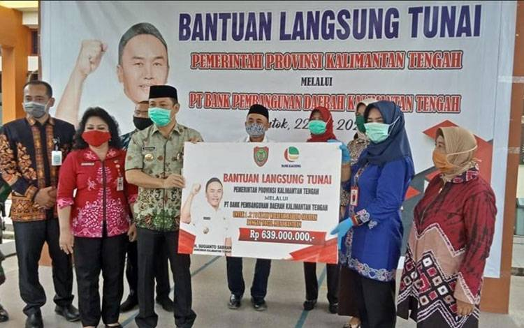 Bupati Barsel, Eddy raya Samsuri menerima BLT secara simbolis diserah Kadis Koperasi dan UKM Kalteng, Ati Mulyati