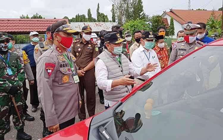 Gubernur Kalimantan Tengah Sugianto memeriksa pengguna kendaraan yang melintas perbatasan Kecamatan Benua Lima usai peluncuran BLT