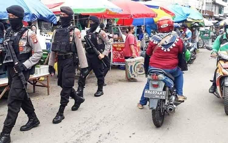 Personel Ditsamapta Polda Kalteng saat melakukan patroli di Pasar Besar Kota Palangka Raya.