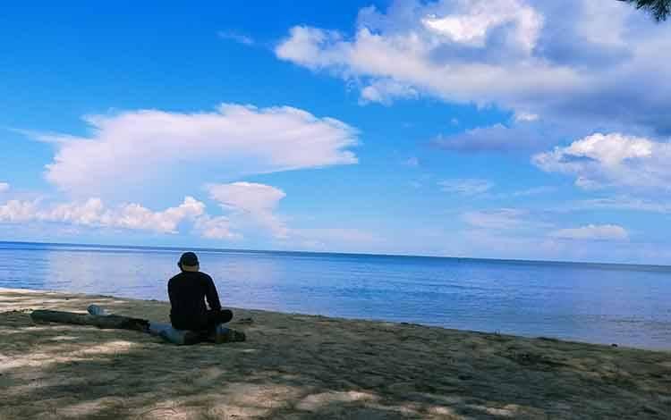 Seoranh warga saat menikmati keindahan Pantai Ujung Pandaran. Sementara, masyarakat akan disuruh putar balik jika mengunjungi tempat wisata ditengah pandemi Covid-19 ini.