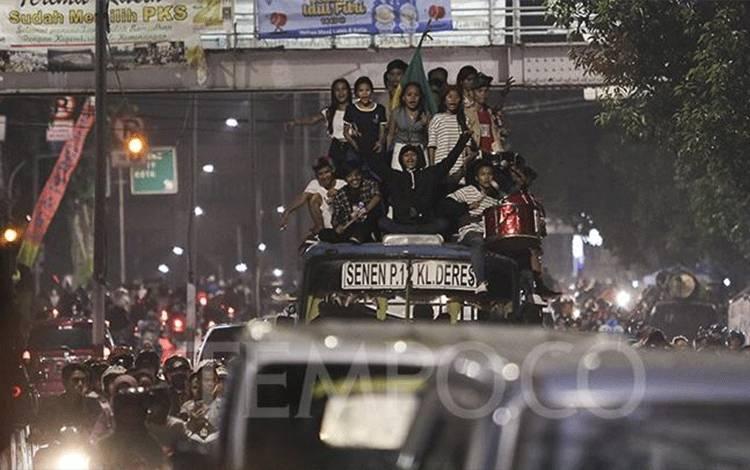 Warga melakukan takbirkeliling di kawasan Tanah Abang, Jakarta, Selasa, 4 Juni 2019. Takbiran keliling ini dalam rangka menyambut hari raya Idul Fitri 1440 H yang jatuh pada Rabu, 5 Juni 2019. TEMPO/Muhammad Hidayat