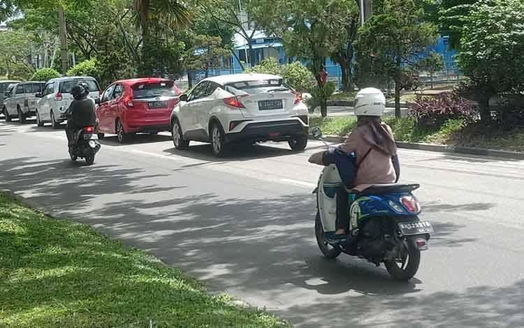 Volume kendaraan saat di Jalan A Yani Kota Palangka Raya cukup ramai, Sabtu 23 Mei 2020.