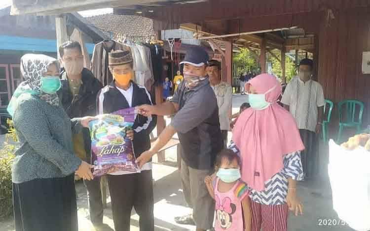 Bupati Kobar Hj Nurhidayah berikan santunan pada korban kebakaran di Kelurahan Baru.