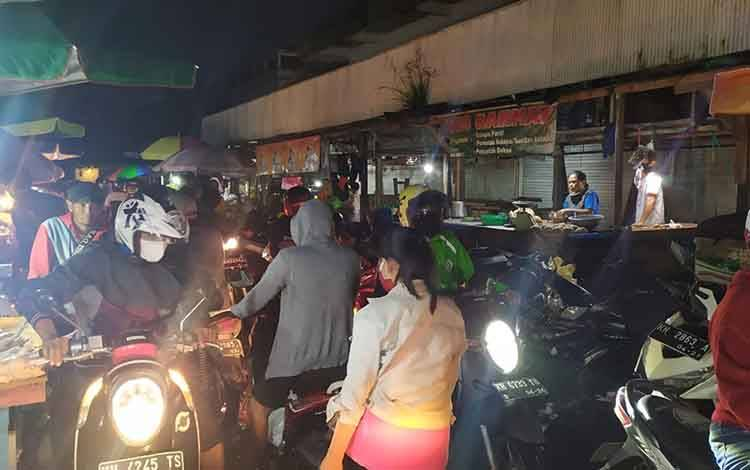Pasar Besar saat subuh dipenuhi warga masayrakat menjelang Lebaran.