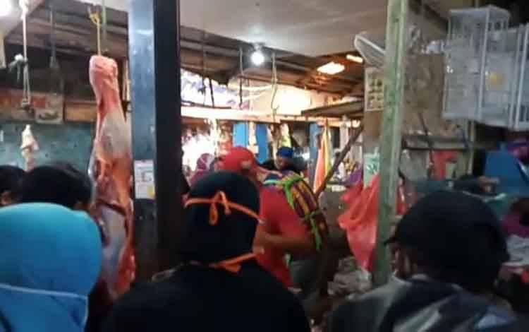 Pembeli memadati pedagang daging sapi di Pasar Palagan Sari. Menjelang lebaran penjulan daging sapi segar meningkat