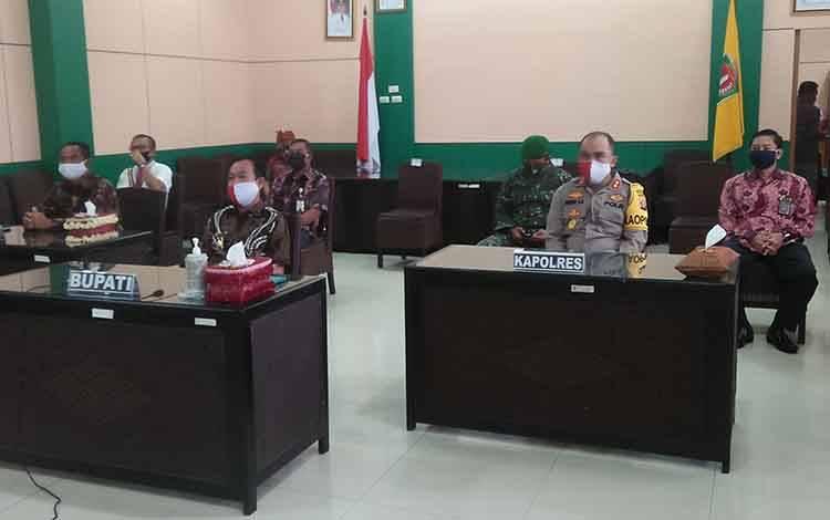 Bupati Katingan, Sakariyas mengikuti rapat melalui video conference bersama gubernur terkait pelaksanaan salat Id di tengah pandemi corona