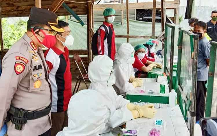 Kapolresta Palangka Raya Kombes Dwi Tunggal Jaladri saat melakukan pendampingan dan pantauan Rapid Test bagi warga di pasar besar, Sabtu 23 Mei 2020
