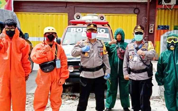 Kapolresta Palangka Raya Kombes Dwi Tunggal Jaladri didampingi Kabagops Kompol Hemat Siburian bersama tim gugus tugas Borneo ketika melakukan penyemprotan cairan disinfektan di wilayah Pasar Besar, Sabtu 23 Mei 2020