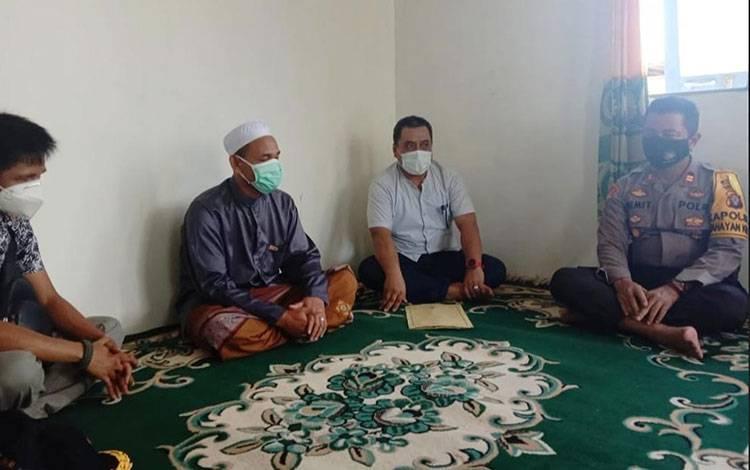 Kapolsek Kahayan Kuala bersama Camat Kecamatan Kahayan Kuala saat silaturahmi dengan Ketua MUI setempat.