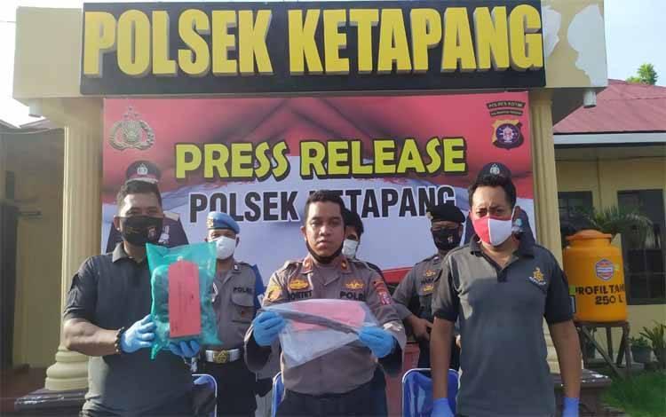 Kapolsek Ketapang Kompol Yosep Tortet saat memegang barang bukti pembunuhan, Sabtu, 23 Mei 2020