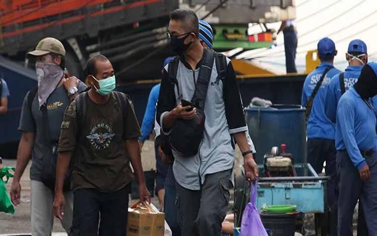 Sejumlah penumpang turun dari kapal KM Kirana IX yang bersandar di Dermaga Jamrud Utara, Pelabuhan Tanjung Perak, Surabaya, Jawa Timur, Selasa 19 Mei 2020. Pada H-5 Lebaran 2020 pemudik kapal laut di Pelabuhan Tanjung Perak Surabaya sampai saat ini terpantu sepi. ANTARA FOTO/Didik Suhartono
