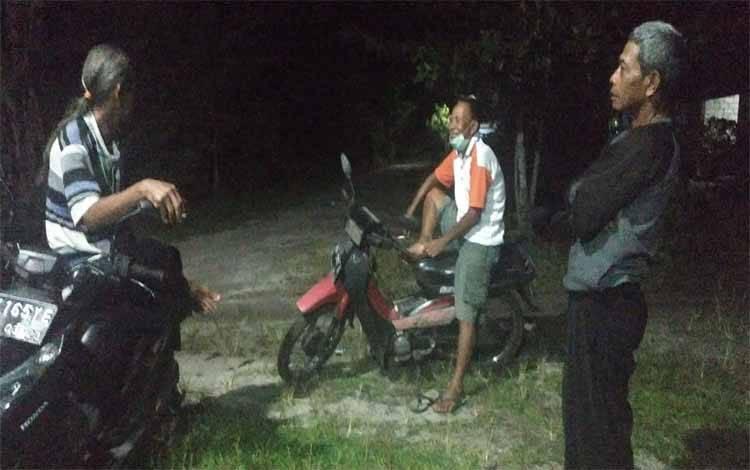 Warga Jalan Simpei Karuhei V mengadakan jaga malam pasca penggerebekan pesta sabu di lingkungan ini tadi malam sambil tetap menjaga jarak