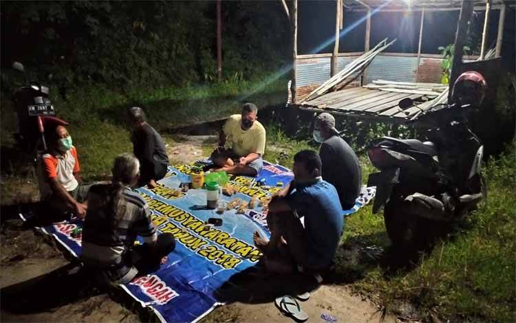 Warga Jalan Simpei Karuhei V jaga malam pasca penggerebekan pesta sabu di lingkungan mereka malam ini sambil tetap menjaga jarak