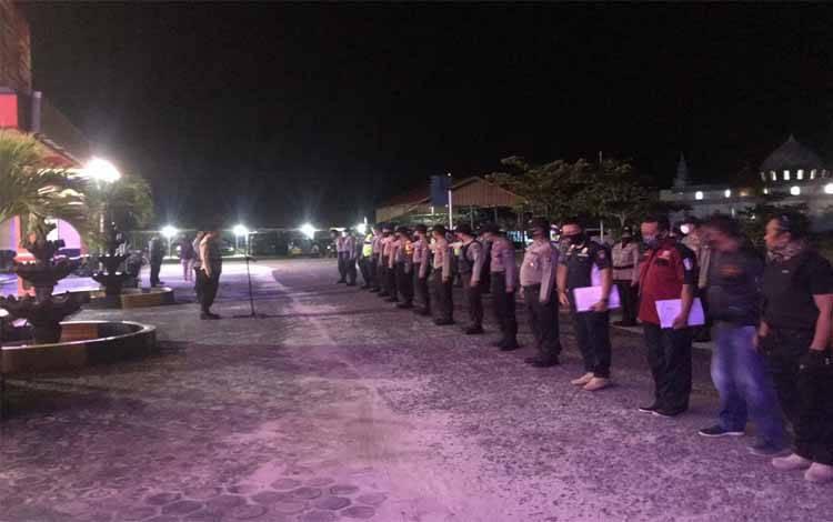 Personel Polres Katingan menggelar kegiatan unjuk kekuatan pada malam takbiran