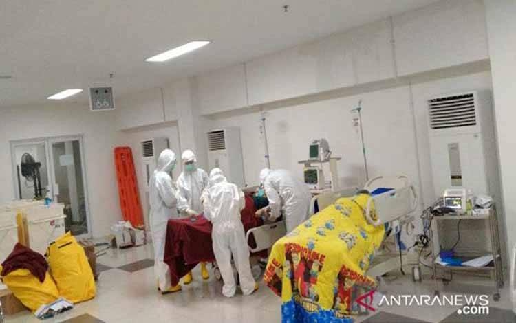 Tim dokter memeriksa awal pasien terkait wabah corona atau COVID-19 di ruang IGD Rumah Sakit Darurat Wisma Atlet, Jakarta, Sabtu 28 Maret 2020. (ANTARA/HO/Tim Kesehatan Kogasgabdap Wisma Atlet)