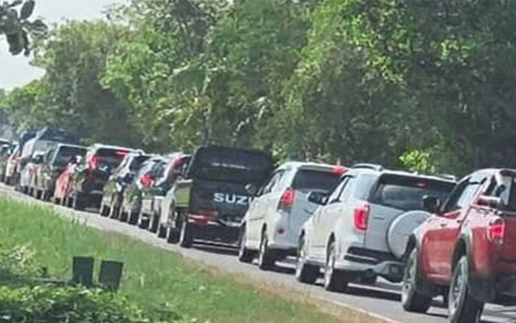Antrean panjang kendaraan di Kelurahan Kalampangan Kecamatan Sebangau Kota Palangka Raya, Minggu 24 Mei 2020.