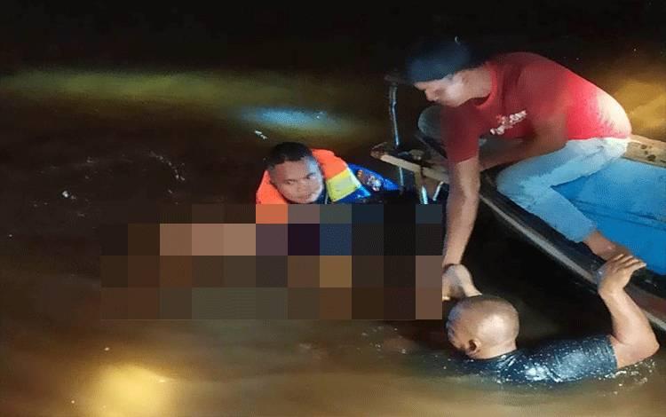 Jenazah korban tenggelam saat ditemukan tim gabungan.