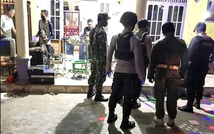 Petugas saat membubarkan acara dangdutan di Jalan Anoi, Kelurahan Palangka, Kecamatan Jekan Raya, Kota Palangka Raya.