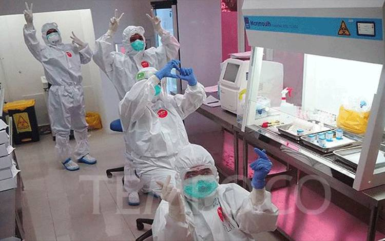 Tenaga medis di Laboratrium tes Polymerase Chain Reaction (PCR) di Tower 4 Wisma Atlet, Kemayoran, Jakarta, Jumat 15 Mei 2020. Dokter dan tenaga medis harus dipastikan keamanan APD, mulai dari memakai hingga melepas melalui prosedur yang ketat untuk menghindari tertular virus Covid-19, selain itu petugas medis juga memerlukan usaha yang besar karena harus menahan panas hingga buang air kecil selama kurang lebih 8 jam lamanya. TEMPO/Nurdiansah
