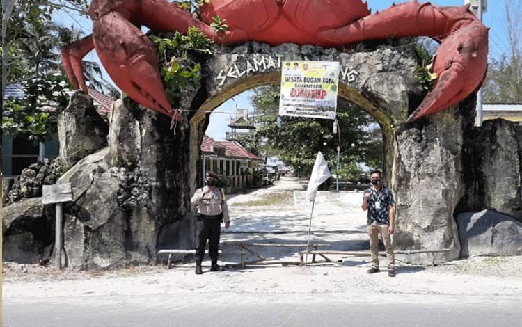 Kawasan wisata Pantai Kubu yang sepi lantaran ditutup sementara saat pandemik covid-19, Senin, 25 Mei 2020.