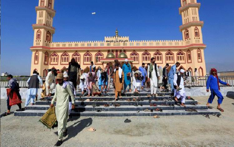 Sejumlah umat muslim meninggalkan masjid usai melaksanakan salat Idul Fitri di Lagham, Afganistan, 24 Mei 2020. REUTERS/Parwiz
